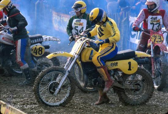 Jean Yves Titaire derrière le N°1 avec son casque jaune